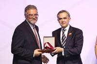 Moisés Selman Lama recibió el Premio Heberto Castillo de la Ciudad de México 2016 del parte de jefe de Gobierno de la Ciudad de México, Miguel Ángel Mancera.