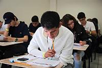 Estudiantes presentan los exámenes teóricos en el primer día de la XXVIII Olimpiada Nacional de Biología en la Escuela de Biología de la Universidad de Sonora.