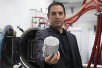 El ganador de Premios de Investigación de la AMC 2018, en el área de ingeniería y tecnología, doctor Ignacio Alejandro Figueroa Vargas, quien muestra en su laboratorio una espuma metálica, uno de los importantes materiales del futuro en diversos sector.