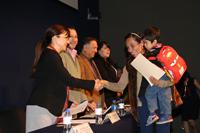 Una maestra de educación primaria recibe su diploma de La Ciencia en tu Escuela tras haber concluido satisfactoriamente el curso, que incluye clases y actividades a lo largo de 22 sábados, presentación de tareas y aprobación de exámenes.