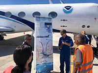 Dentro de las actividades programadas en las visitas que realizan los aviones cazahuracanes de la NOAA está la de dar a conocer de primera mano información relacionada con los ciclones. En la imagen, integrante de la NOAA ante un grupo de visitantes en La Paz, Baja California, el pasado 23 de abril de 2018.