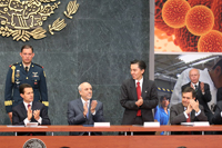 El presidente Enrique Peña Nieto, Enrique Cabrero, Jaime Urrutia, Ildefonso Guajardo y José Narro (atrás), fueron algunos de los invitados en la mesa de honor de la entrega de los Premios de Investigación de la Academia Mexicana de Ciencias 2015.