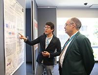 El director del programa Verano de la Investigación Científica, Víctor Pérez Abreu, durante la exposición de carteles, realizada en la sede corporativa de Pfizer.