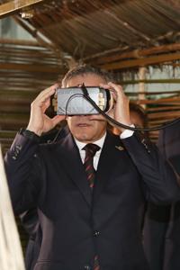 Durante un recorrido por las diferentes exposiciones, el jefe de Gobierno de la Ciudad de México, Miguel Ángel Mancera, hace uso de los desarrollos científicos tecnológicos que se presentan distintas instituciones.