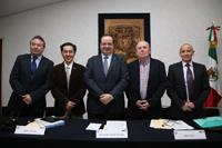 Víctor del Río, Jaime Urrutia, Leonardo Lomelí, Barry Carr y Ángel Calderón, en el primer día del evento conmemorativo de los 50 años de relaciones diplomáticas México y Australia, convocado por la Universidad Nacional Autónoma de México y la Embajada de Australia en México.