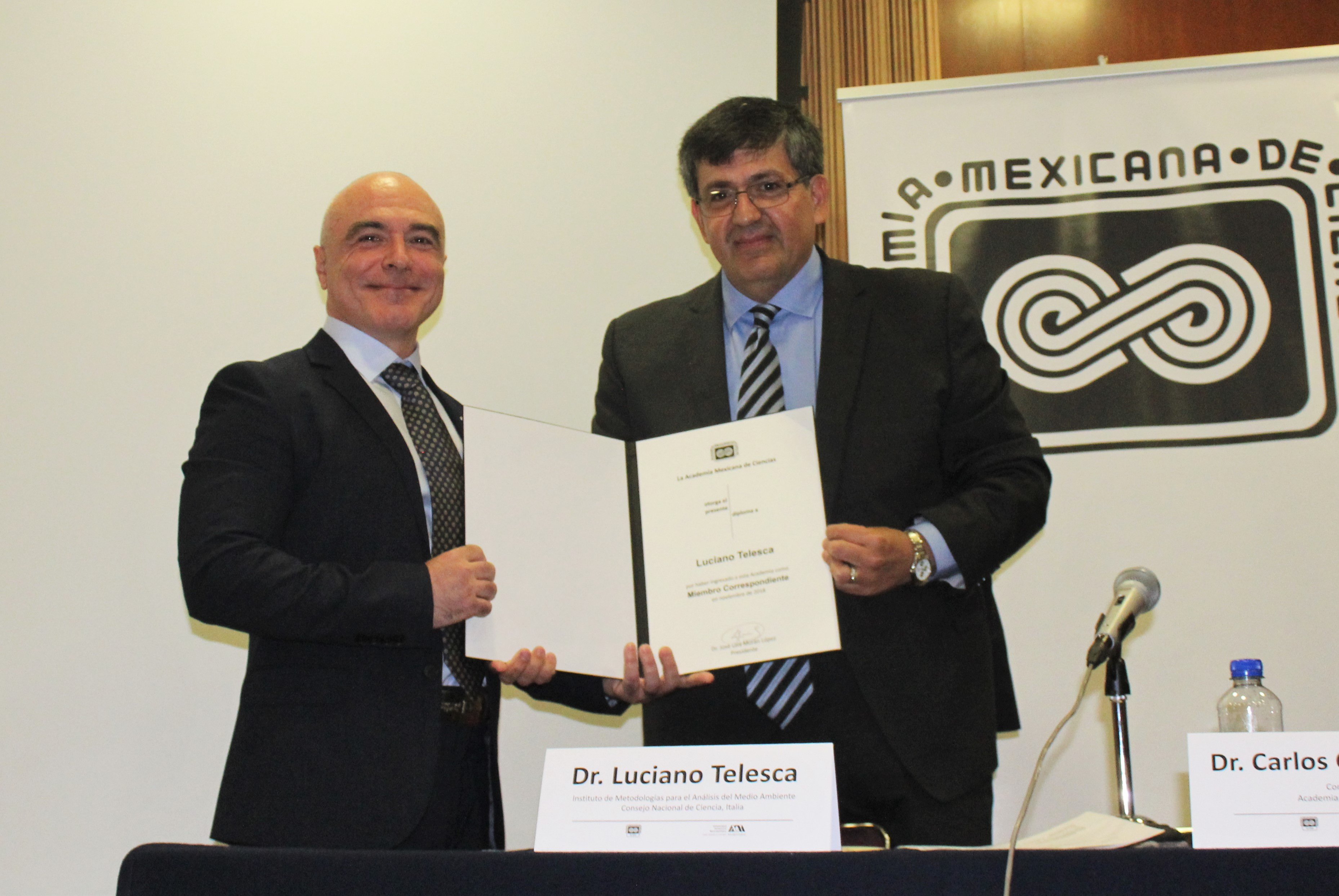 Luciano Telesca, del Instituto de Metodología para el Análisis del Medio Ambiente, del Consejo Nacional de Ciencia, Italia y el secretario del Consejo Directivo de la AMC, Carlos Coello Coello.