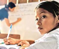 Las leyes y la Constitución reconocen el derecho de los pueblos indígenas a mantener sus lenguas pero no se han satisfecho sus necesidades primordiales como el acceso a la educación básica en su idioma.