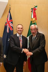 El embajador de Australia en México, David Engel y el rector de la UNAM, Enrique Graue.