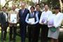 En la Embajada del Reino Unido en México se premió a los tres primeros lugares del Concurso Nacional de Cartel Científico Inspiring Minds, convocado por el British Council en colaboración con el Conacyt, en el marco de la Semana Nacional de la Ciencia y Tecnología 2015. El embajador del Reino Unido en México, Duncan Taylor, y el presidente de la AMC, Jaime Urrutia, acompañan a los ganadores.