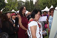 """María del Rocío García Pérez, titular del SNDIF, sorprendida con la actividad """"Rincón de las brujas"""", taller de matemáticas del programa La Ciencia en tu Escuela de la AMC."""