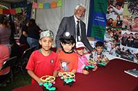 El presidente de la Academia Mexicana de Ciencias, José Luis Morán, visitó a los niños en el taller de Robótica pedagógica, que se impartió en el marco del Festival de los Derechos de la Niñez, en el Complejo Cultural Los Pinos, con motivo del Día del Niño.
