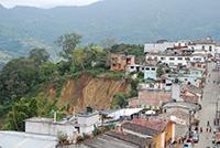 Un conjunto de casas habitación en los límites de una ladera en Pahuatlán, Puebla.