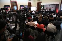Asistentes al foro organizado por la AMC ¿Cómo se pueden reducir los riesgos en caso de sismos?en el patio central del Instituto Nacional de Estudios Históricos de las Revoluciones de México (INEHRM).
