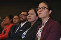 Jóvenes científicos beneficiarios del programa Cátedras Conacyt escuchan atentos las palabras de diversas autoridades del sistema de CTI del país, en el auditorio de la Academia Mexicana de Ciencias.